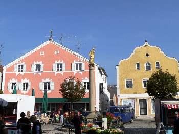 Stadtplatz von Kelheim mit Marien Statue