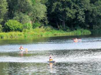 Kanu fahren am Regen Fluss