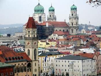 Passau Flusseck mit Stadtturm und Dom