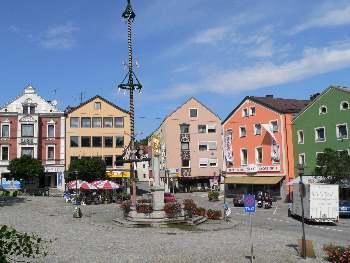 Stadtplatz von Regen mit Brunnen