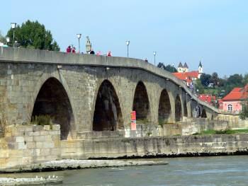 Die historische Steinerne Brücke in Regensburg - sehenswertes in Regensburg