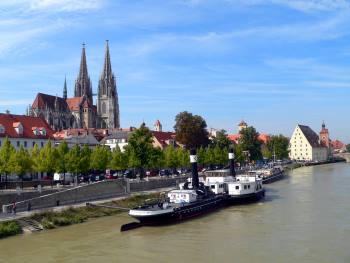 Stadt Regensburg Ansicht - Dom Schifffahrts Museum und Salzstadel mit Steinener Brücke im Hintergrund