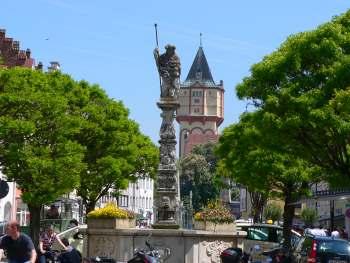 straubing-sehenswertes-ausflugsziele-stadtplatz-saeule-statue-turm