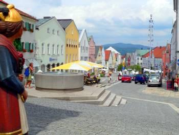 Stadtplatz mit Brunnen und Ewigen Hochzeiter von Waldkirchen