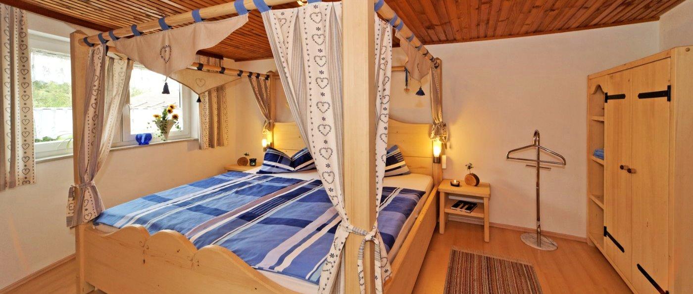 Romantisches Himmelbett im Ferienhaus bis 8 Personen in Niederbayern