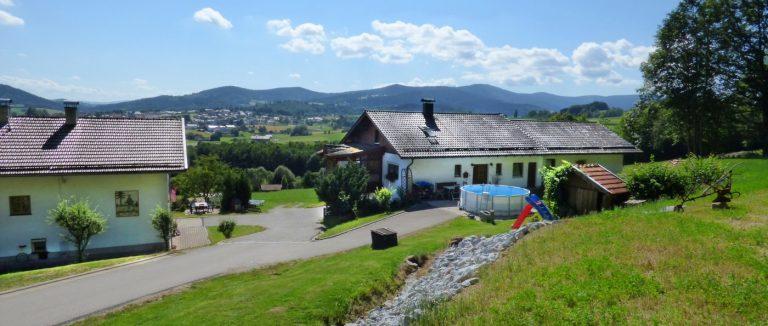 achatz-ferienhaus-bayerischer-wald-landschaft-berge-swimmingpool