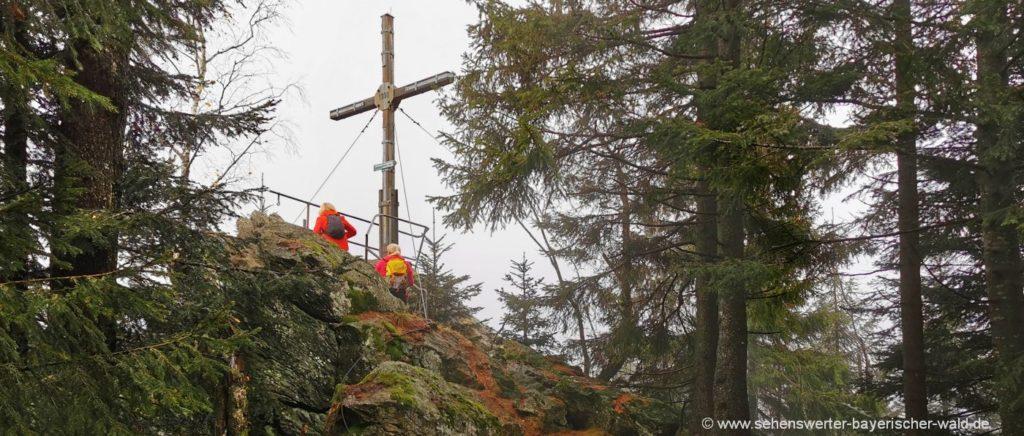 Wandern zum Vogelsang Bayerischer Wald Gipfelkreuz am Klosterstein