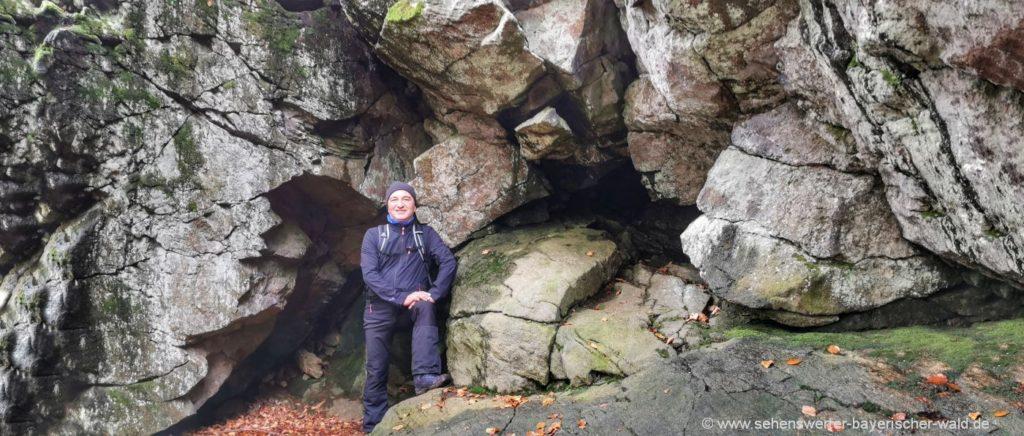 Felsen am Rundwanderweg am Vogelsang Berg bei Achslach