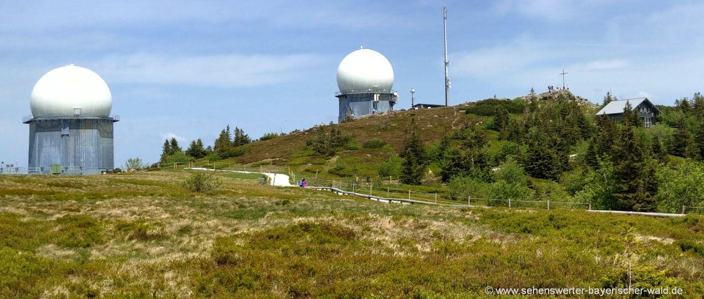 arber-berg-gipfel-wandern-gipfelkreuz-berghütte-radome
