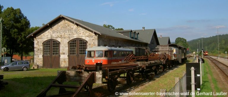 bayerisch-eisenstein-localbahnmuseum-zug-wagon-bahnhof-panorama-1200
