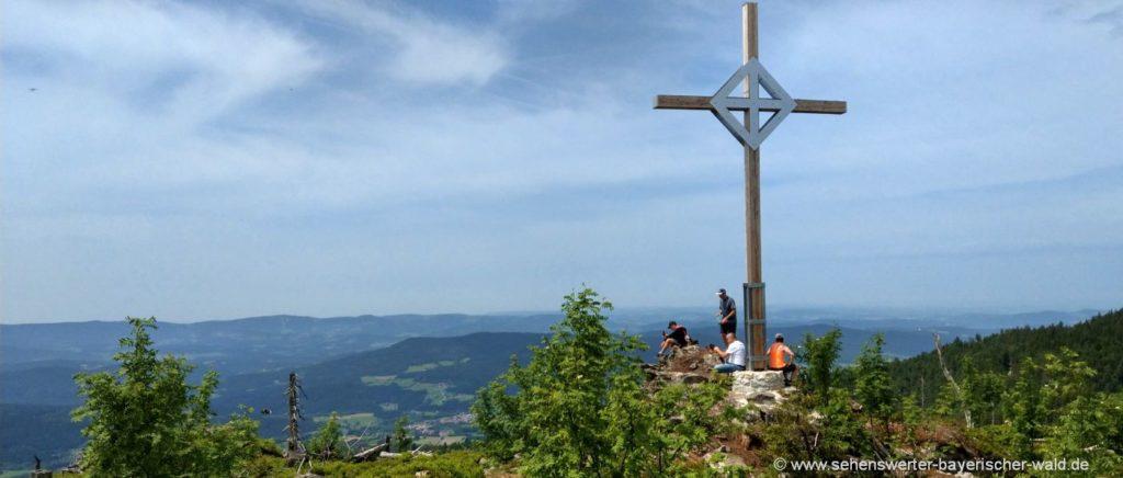 Gipfelkreuz am Enzian Felsen Wanderung Bayerischer Wald