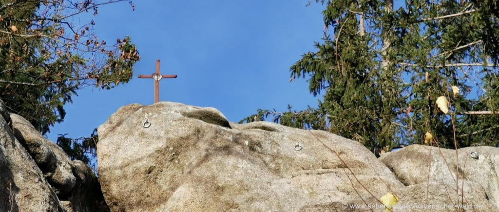 Gipfelkreuz am Kletterfelsen Rundweg Predigtstuhl und Jägerkreuz