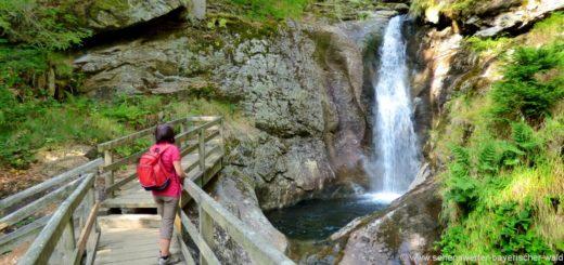 bodenmais-hochfall-bayerischer-wald-wanderziele-wasserfall-holzbrücke