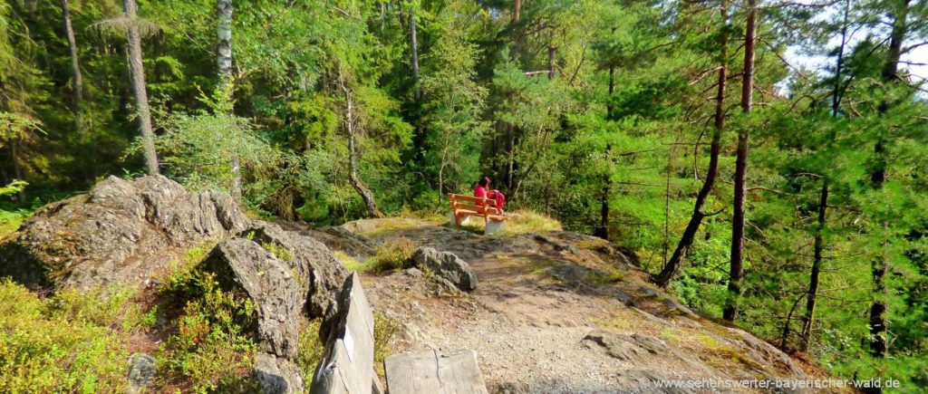 Rastplatz und Aussichtspunkt am Rundweg Hochfall im Landkreis Regen