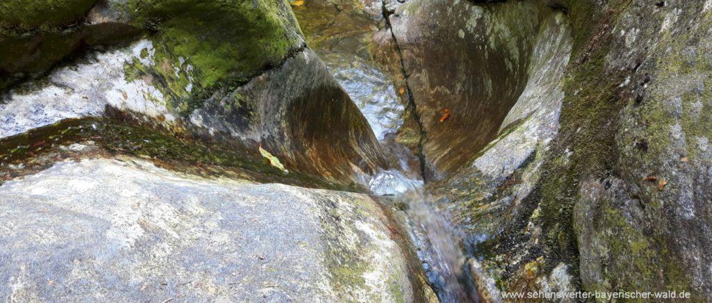 ausgewaschene Felsen in der Hochfall Schlucht Bayerischer Wald
