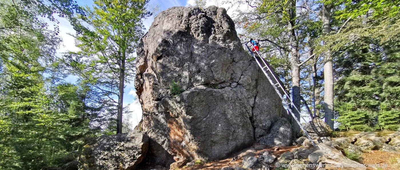 Aussichtsfelsen Riederinfelsen mit Gipfelkreuz im Landkreis Regen