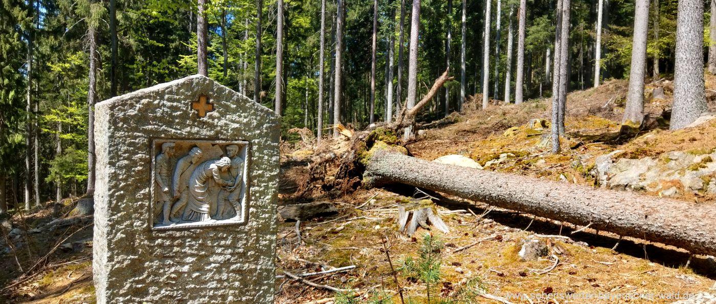 Kreuz tragen am Kreuzweg zur Kapelle Pilgern in Niederbayern