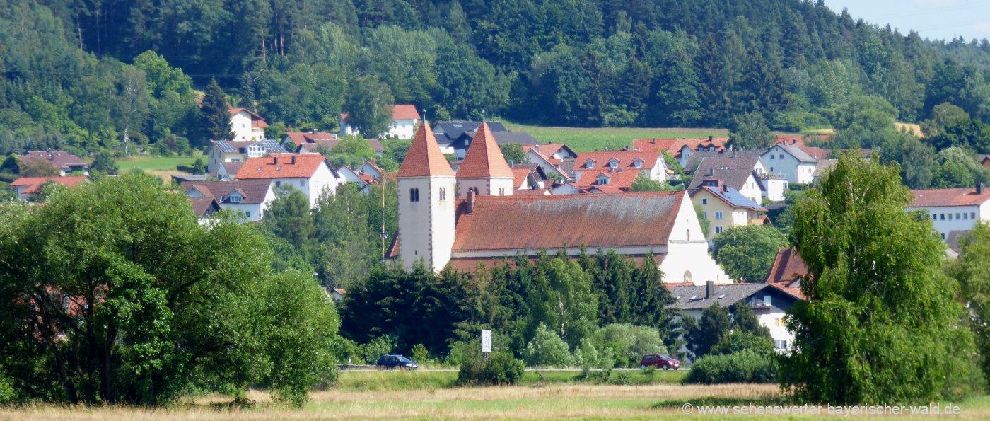 Katholische Kirche in Chammünster Urkirche mit Karner Beinhaus in Bayern