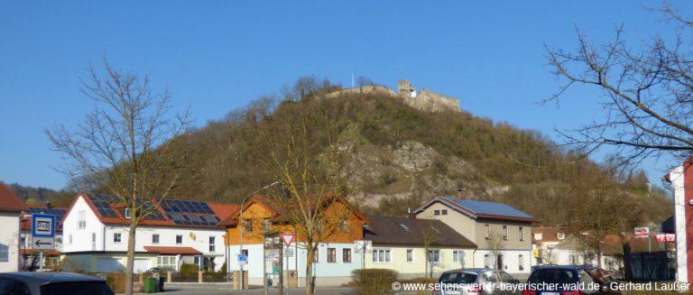 donaustauf-sehenswuerdigkeiten-burgruine-von-unten-ortschaft-und-berg-panorama-1400