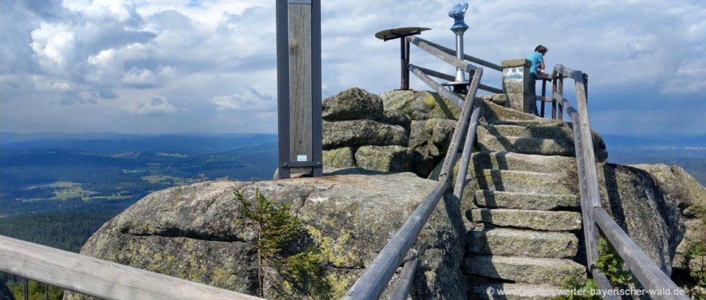 Wandern zum Gipfelkreuz am Hochstein Aussichtspunkt nach Tschechien