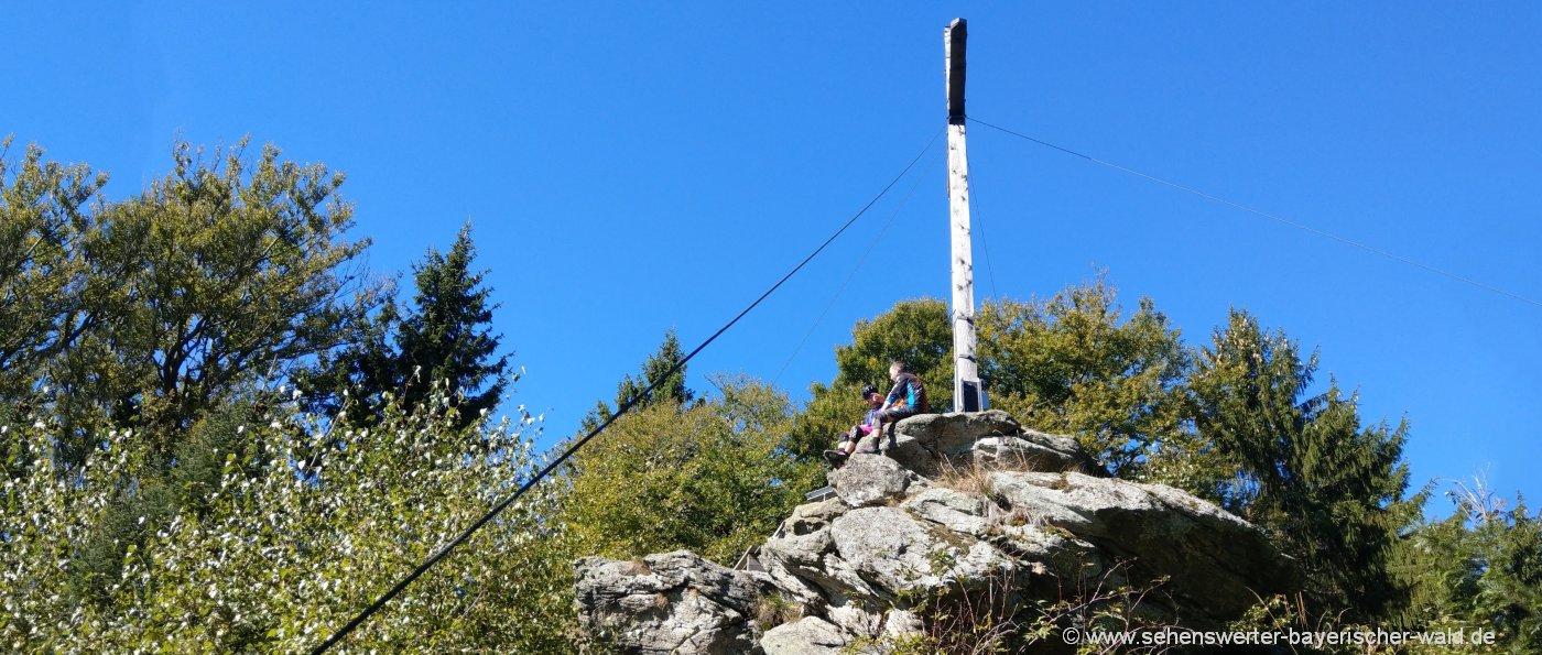 dreitannenriegel-wanderung-berge-deggendorf-gipfelkreuz