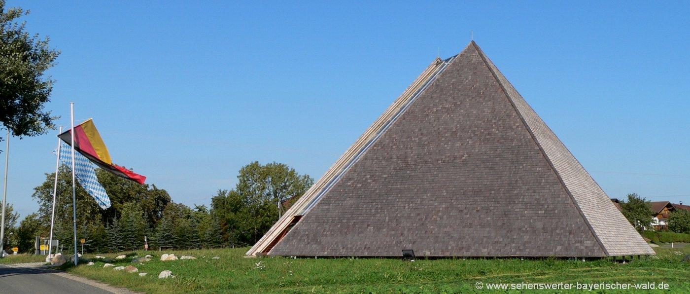 eschlkam-kunstwanderweg-pyramide-bayern-bayerischer-wald-panorama-1400