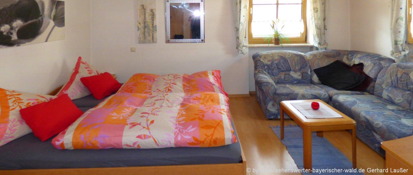 ferienwohungen-landkreis-regen-unterkunft-bayerischer-wald-schlafzimmer-couch-1400