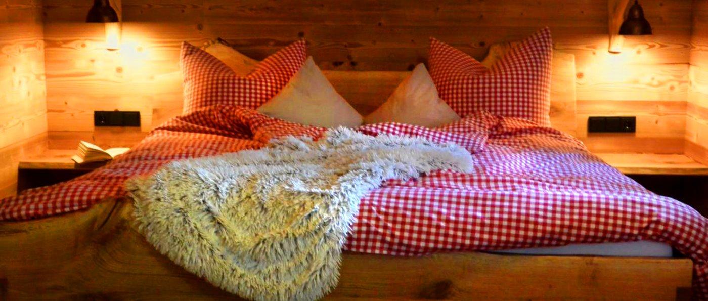 fischer-sunleitn-chalet-am-waldrand-berghuetten-paare-schlafzimmer