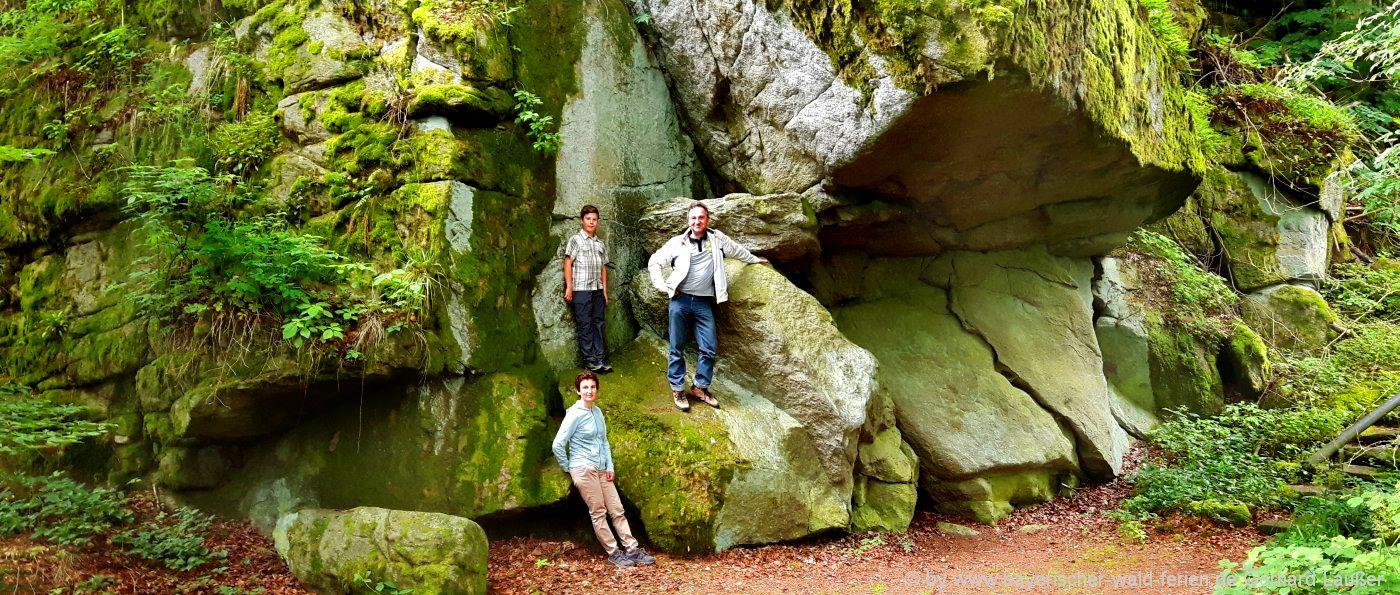 Wanderung im Schlosspark bei Burg Falkenstein - zweitgrößter Felsenpark in Bayern
