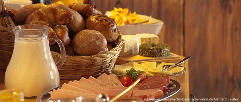 frühstückspensionen-bayerischer-wald-pension-fruehstueck-milch-broetchen-1400