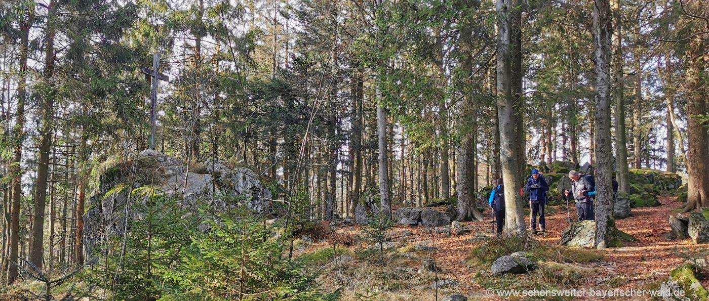 Rundweg am Geisskopf Gipfel Felsen mit Kreuz Wanderung