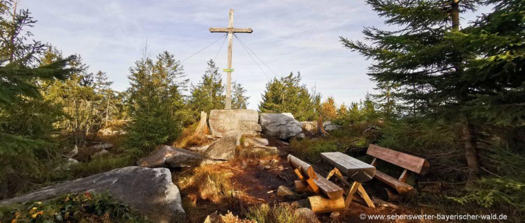 Gipfelkreuz am Einödriegel nahe Berg Geisskopf im Landkreis Regen