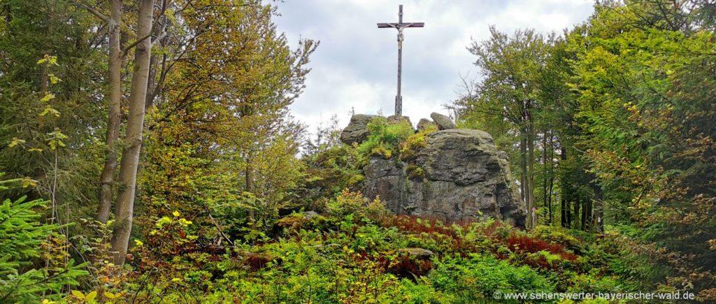 Kreuzfelsen am Gibacht Rundweg Gipfelkreuz auf Felsen