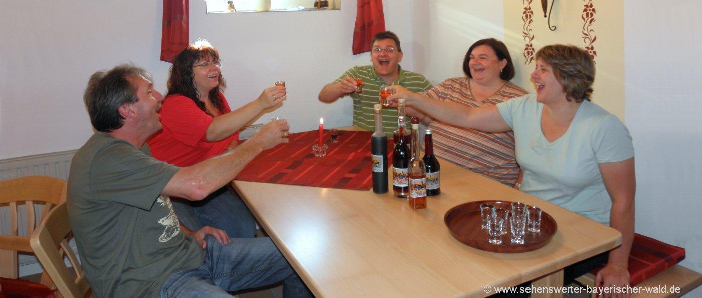 gruppenurlaub-bayerischer-wald-erlebnisurlaub-stimmung-schnapsprobe