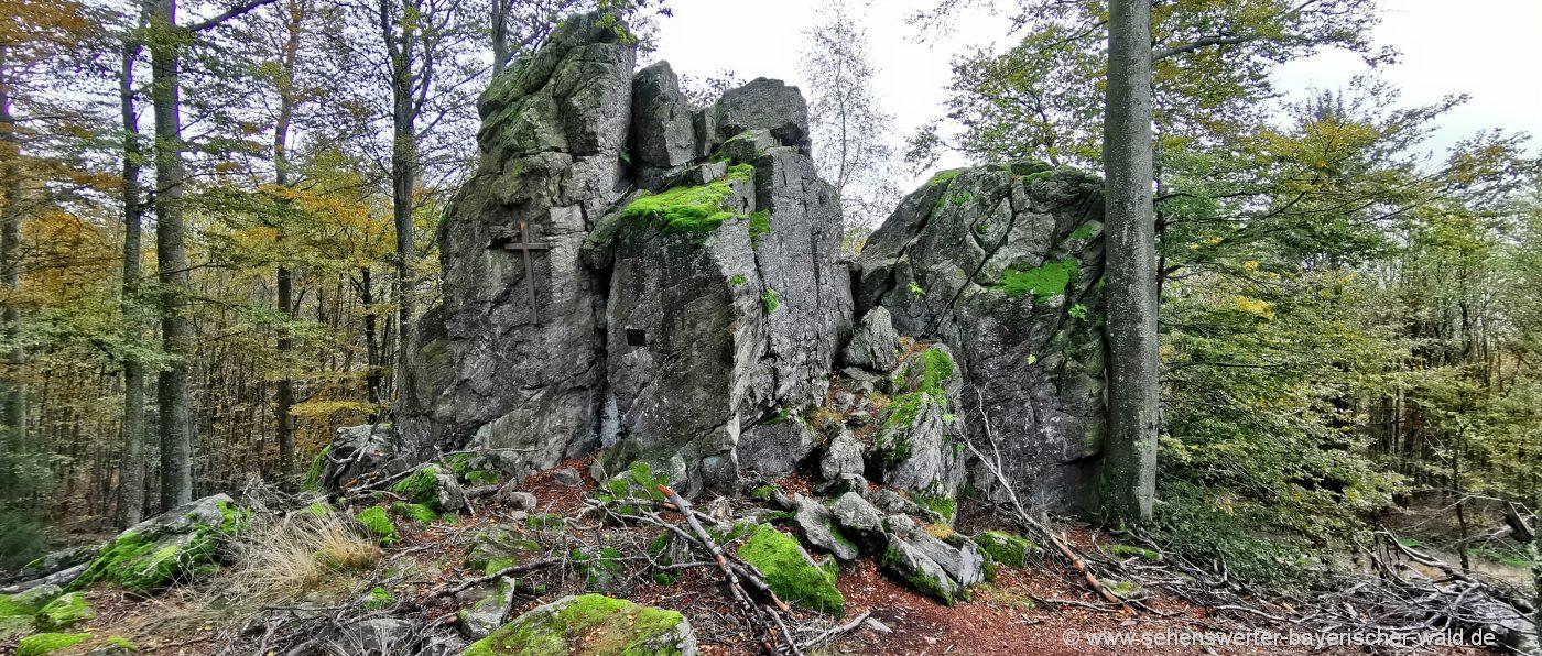 hirschenstein-rundwanderweg-gipfelkreuz-felsen