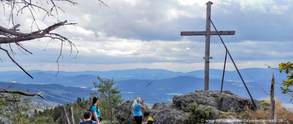 Rundwanderweg zum Hochstein Gipfelkreuz wandern zum Aussichtsfelsen