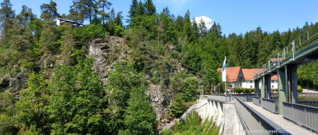 Staumauer am Höllensteinsee Kraftwerk im Landkreis Regen