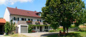 holmerhof-wiesenfelden-gesundheitsbauernhof-niederbayern-ansicht