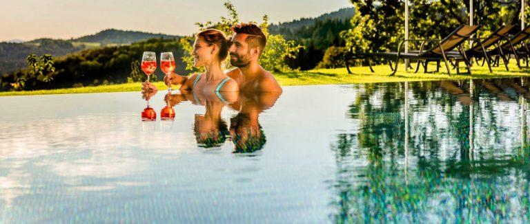 hüttenhof-grainet-wellnesshotel-infinity-pool-tageswellness
