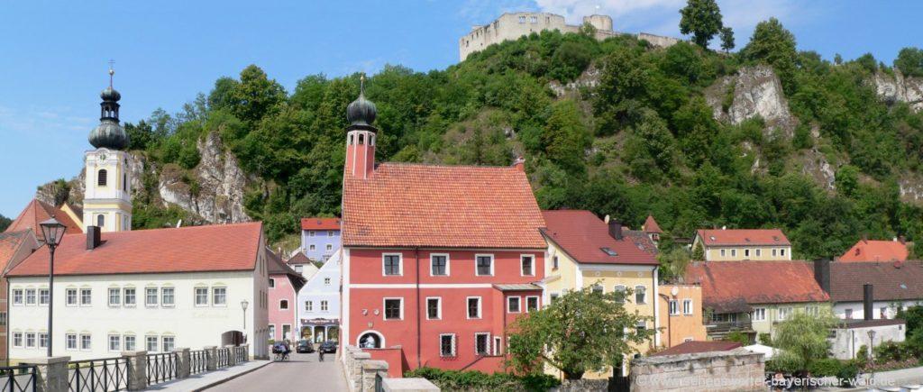 Künstlerdorf Kallmünz an der Naab Kirche und Burgruine am Berg