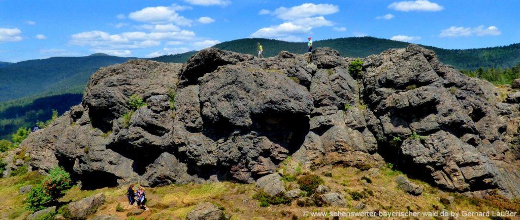 Bergwanderung zum Silberberg Gipfel Kreuz mit Felsen