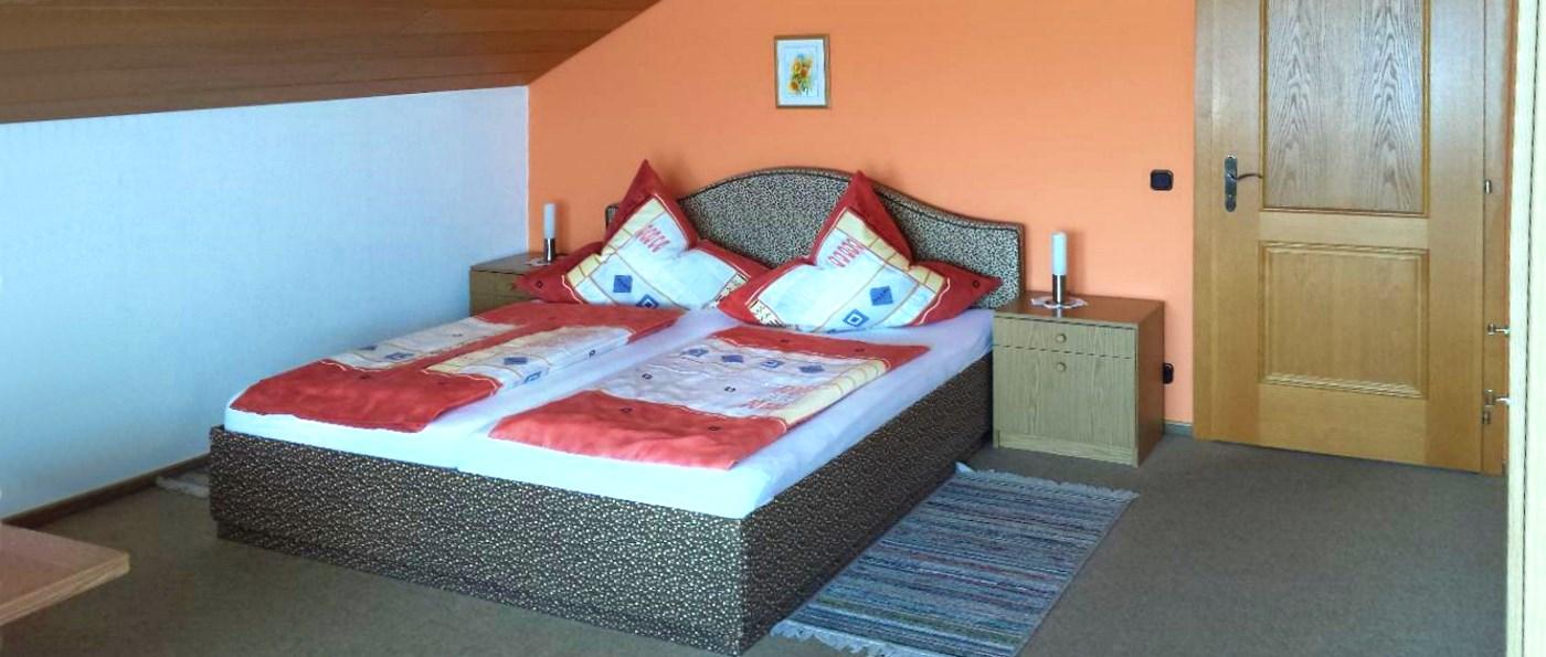 lesny-ferienwohnung-wiesenfelden-unterkunft-straubing-schlafzimmer