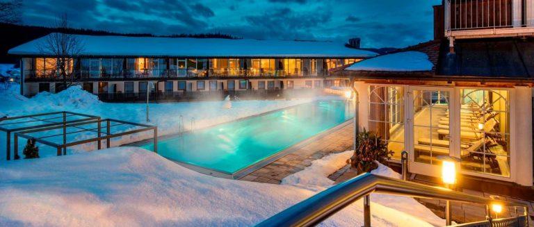 lindenwirt-bodenmais-4-sterne-wellnesshotel-bayerischer-wald-schwimmbad-infinity-pool