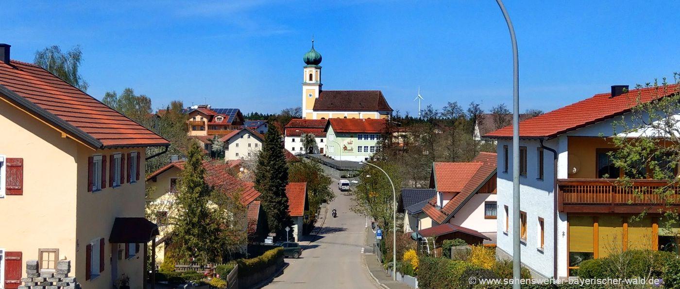 Sehenswürdigkeiten in Michelsneukirchen Pfarrkirche und Windrad