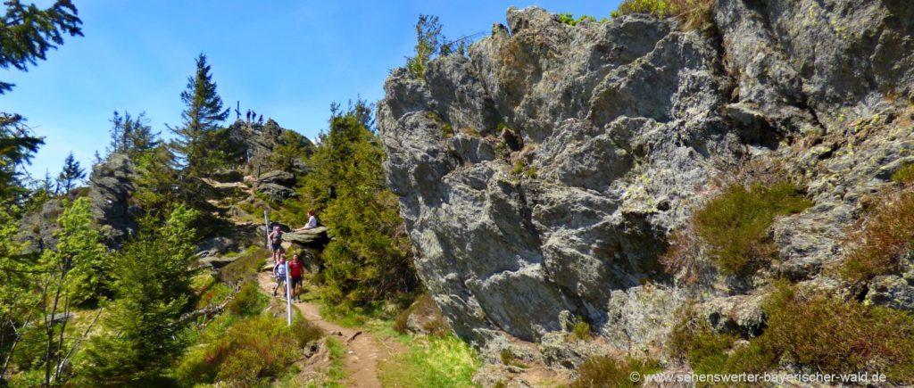 Kammwanderung am Osser Grenzsteig mit Berg Gipfelkreuz