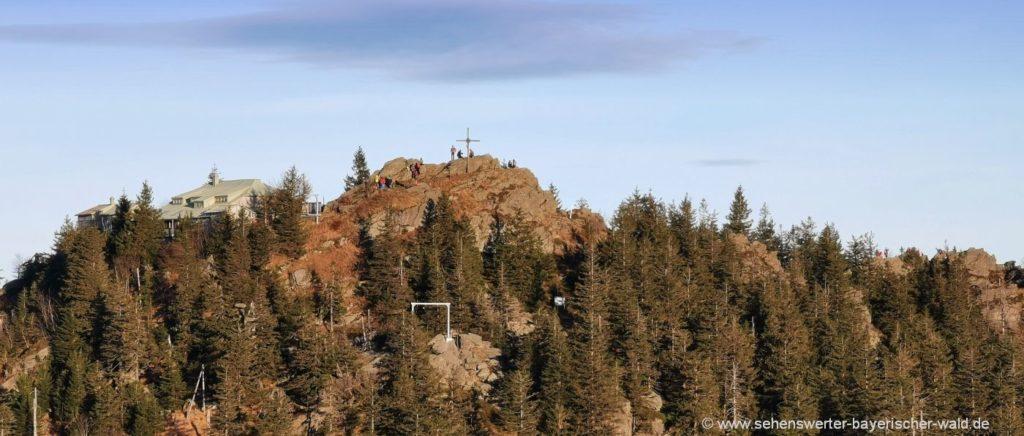 Ausblick kleiner Osser zuim grossen Osser Gipfelkreuz & Berghütte