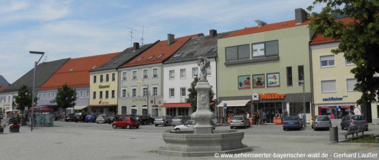 osterhofen-sehenswuerdigkeiten-stadtplatz-brunnen-panorama