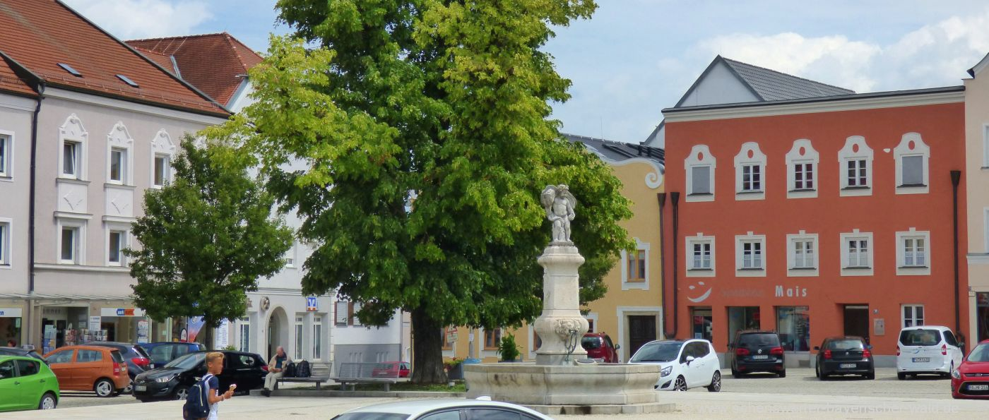 osterhofen-stadtplatz-brunnen-freizeittipps-sehenswertes