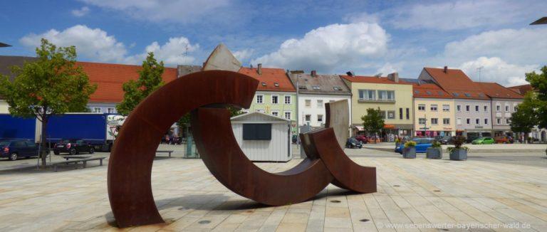 osterhofen-stadtplatz-kunstwerk-sehenswuerdigkeiten-niederbayern