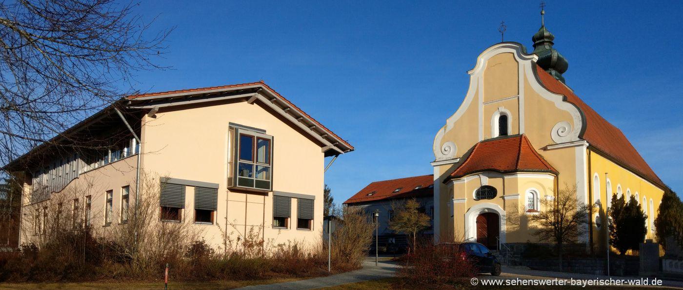 Sehenswürdigkeiten in Patersdorf Pfarrkirche und Rathaus